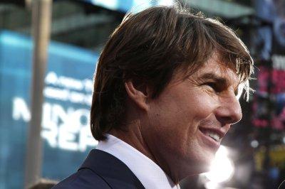 Tom Cruise sings the night away in lip-sync battle