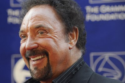 Tom Jones eulogizes wife at concert in first appearance since her death