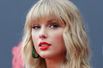 Taylor Swift allowed to perform old songs at American Music Awards