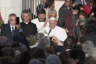 Jewish group criticizes pope for likening refugee centers to concentration camps