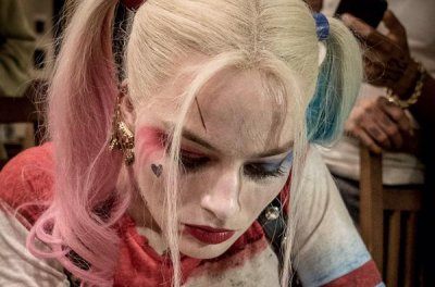 Margot Robbie gives tattoo in Harley Quinn costume
