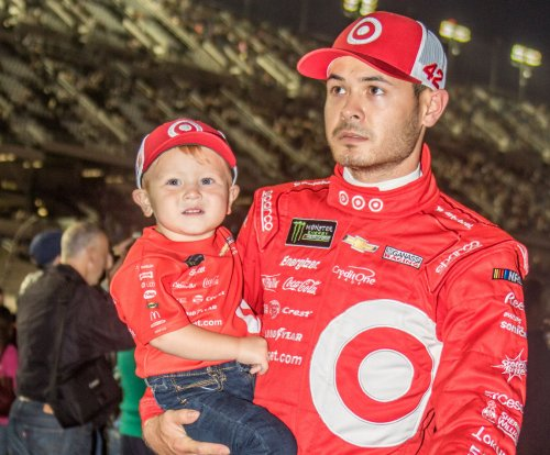 Points leader Kyle Larson wins pole at Fontana