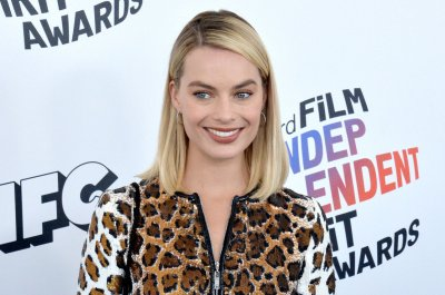 Margot Robbie becomes Sharon Tate in 'Once Upon a Time in Hollywood' photo