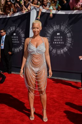 Amber Rose channels Rose McGowan in string dress at MTV VMAs