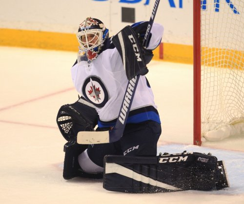 Winnipeg Jets edge Vancouver Canucks to keep slim hopes alive