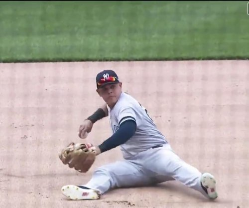 Yankees' Gio Urshela throws out runner from seat of pants