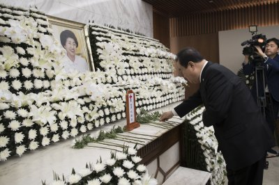 South Korean politicians mourn death of former first lady