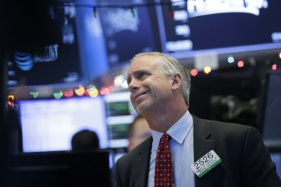 Dow Jones falls nearly 800 points amid trade war, recession fears