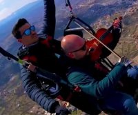 Musician eases paragliding fears by playing violin
