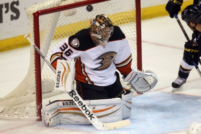 Anaheim Ducks spoil Winnipeg Jets' homecoming, take 3-0 series lead