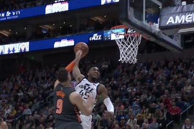 Jazz star Donovan Mitchell slams one-handed dunk over Magic 7-footer