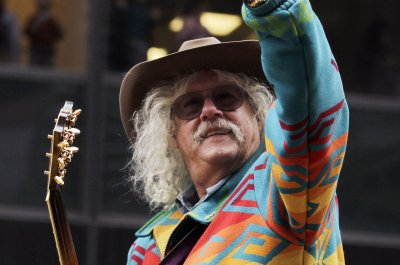 Folk singer Arlo Guthrie announces retirement from touring