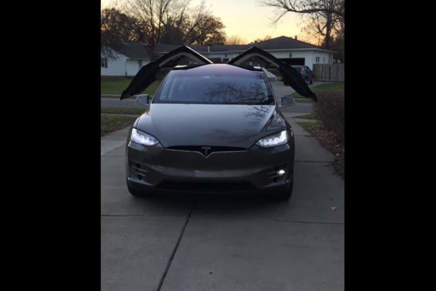 Watch Tesla Dances To Christmas Music Flashes Lights UPIcom - Car light show