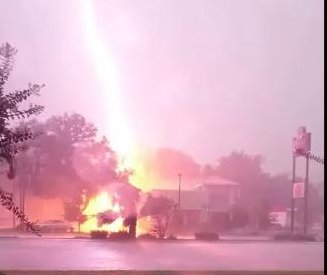 Florida man captures lightning strike on Gainesville Wendy's