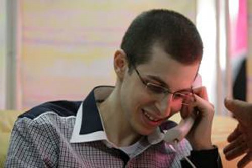 Shalit freed; calls family