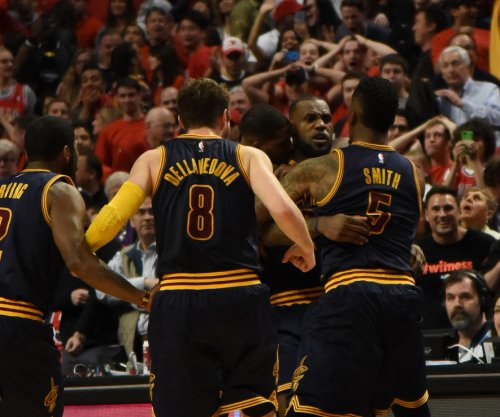 LeBron James, Cleveland Cavaliers beat Chicago Bulls with buzzer-beater