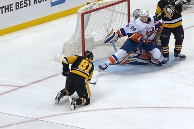 Islanders' Scott Mayfield helps goalie Robin Lehner with clutch blocks
