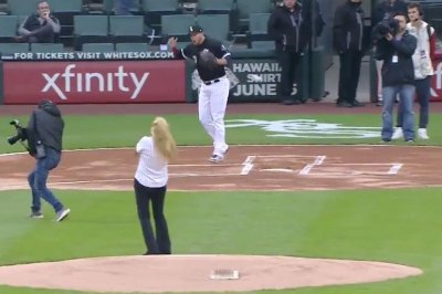 White Sox employee hits photographer with terrible first pitch