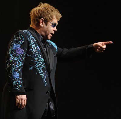 Elton's Oscar party raises $4M for charity