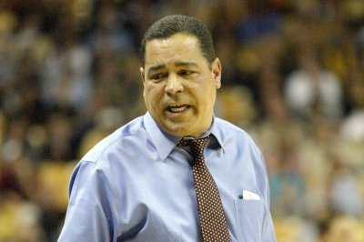 March Madness: Houston signs head coach Kelvin Sampson to extension