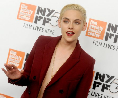 Kristen Stewart flashes smile at 'Certain Women' premiere
