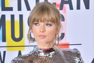 Taylor Swift opens AMAs with first awards performance in 3 years