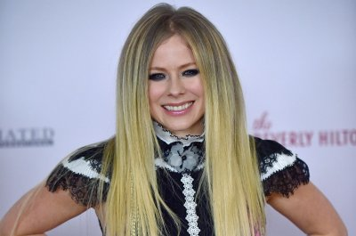 Avril Lavigne teases Machine Gun Kelly collaboration
