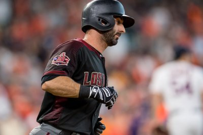 Chicago Cubs sign INF Daniel Descalso to two-year pact