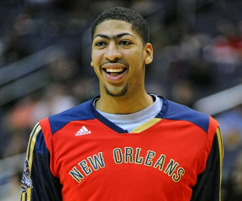 Anthony Davis aggravates right shoulder, exits game