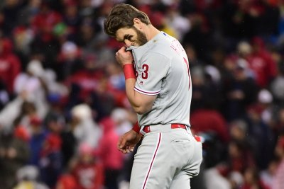Phillies fans boo Bryce Harper after outfield mistakes, 0-for-4 night