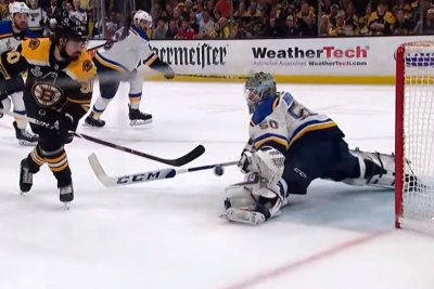 Blues' Jordan Binnington steals show with flurry of saves in first period