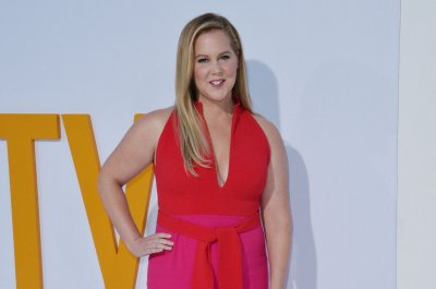 Amy Schumer, Tina Fey to host last episodes of 'SNL' Season 43