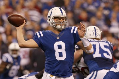 Indianapolis Colts' Matt Hasselbeck practices, considered probable for Sunday