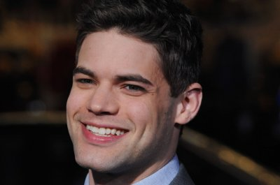 'Supergirl' star Jeremy Jordan introduces newborn daughter