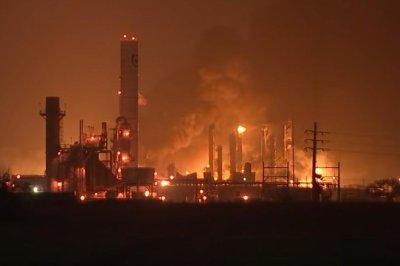 双床爆炸,火灾在得克萨斯州的炼油厂损伤3;居民疏散
