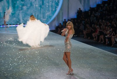 Taylor Swift rocks the runway at Victoria's Secret Fashion Show [VIDEO]