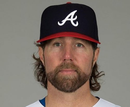 Atlanta Braves sign RHP R.A. Dickey