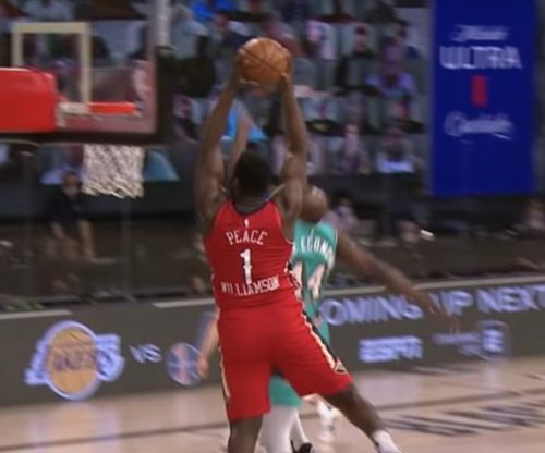 Pelicans' Zion Williamson throws down alley-oop over Grizzlies