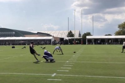 U.S. women's soccer star Carli Lloyd drills 55-yard field goal at Eagles practice