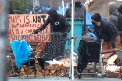 Barricades removed in Oregon neighborhood protest against family's eviction