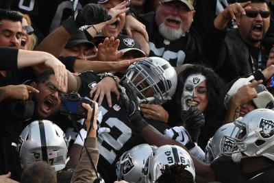Chicago Bears agree to trade for Oakland Raiders star Khalil Mack