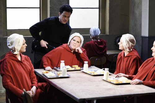 Amy Schumer hosts 'SNL,' lampoons 'Handmaid's Tale'