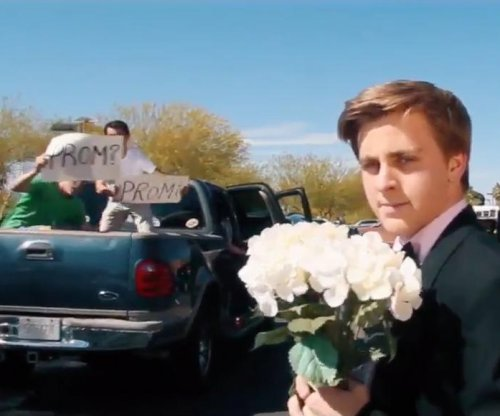 Teen recreates 'La La Land' opening scene for Emma Stone 'promposal'