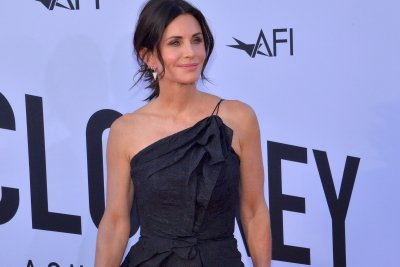 Courteney Cox does 'Routine' from 'Friends' with Ed Sheeran