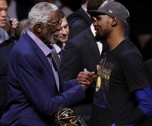 Bill Russell flips off Charles Barkley at NBA Awards