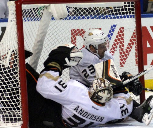 Anaheim Ducks grab series lead on Chicago Blackhawks