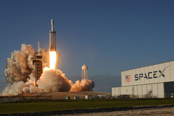 After delays, SpaceX's powerful Falcon Heavy lifts off in ...