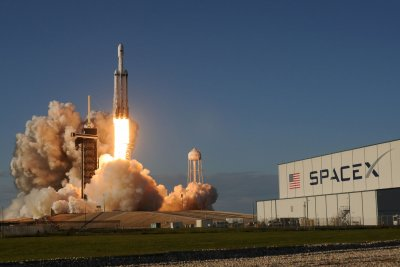 SpaceX's Falcon Heavy makes flawless liftoff, landings