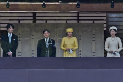 Japan emperor's first public greeting attracts 140,000