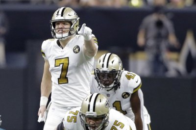 New Orleans Saints' Taysom Hill throws 50-yard pass to set up touchdown